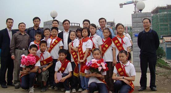 陈卓林一行和足球比分188手机版捐建的南轩小学学生合影